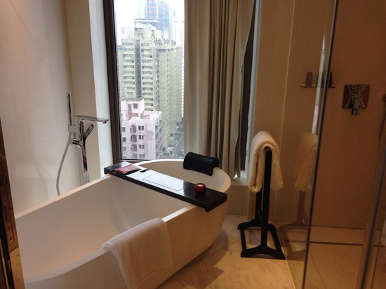 Mira Moon Hotel : Bathtub with a city view