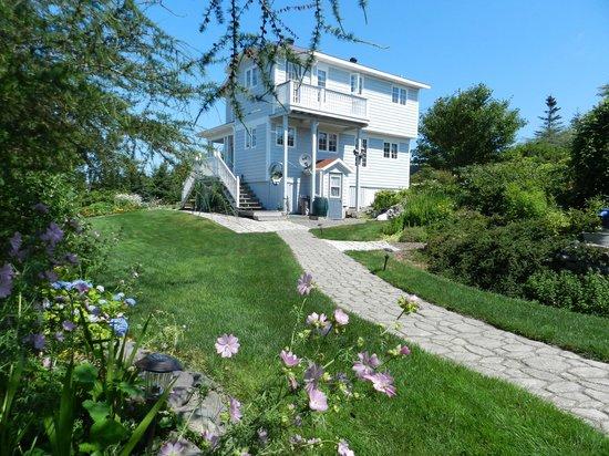 Abbie's Garden Bed & Breakfast: Main house, cobblestone walkways