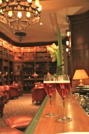 Hotel de la Cite Carcassonne - MGallery Collection : аперитив перед ужином в библиотеке