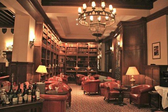 Hotel de la Cite Carcassonne - MGallery Collection : бар в библиотеке