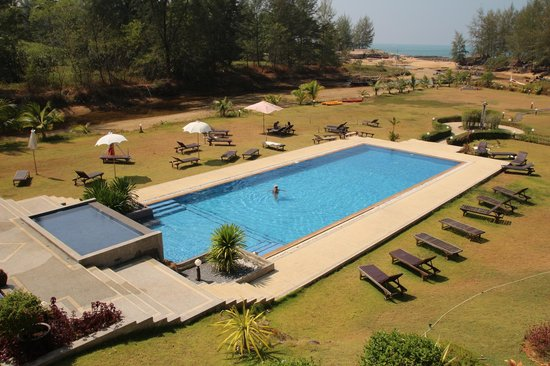 Khao Lak Riverside Resort & Spa : A large swimming pool and garden