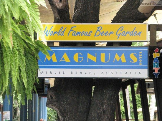 Magnums Backpackers: Magnums Bar, Arlie Beach