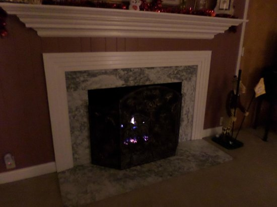 Brookside Mountain Mist Inn : Hickory Room fireplace