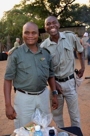 Chisomo Safari Camp: Vår ranger Mandla och tracker Raymond SUPERKILLAR!