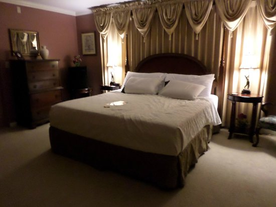 Brookside Mountain Mist Inn: Hickory Room king size bed