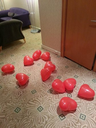 Hilton Budapest City: Heart shape baloons in entrance to room