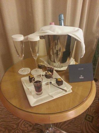 Hilton Budapest City: Champange & chocolate