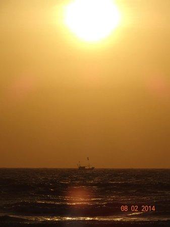 Whistling Palm Beach Resort: Classic boatset(sunset)