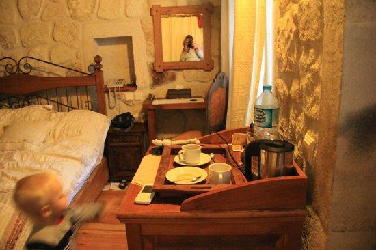 Mithra Cave Hotel: столик с чайничком