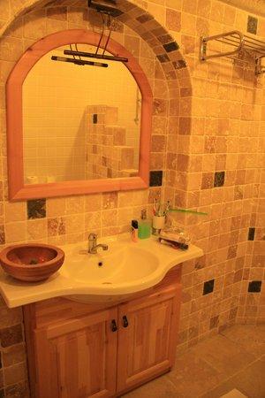 Mithra Cave Hotel: удобная ванная