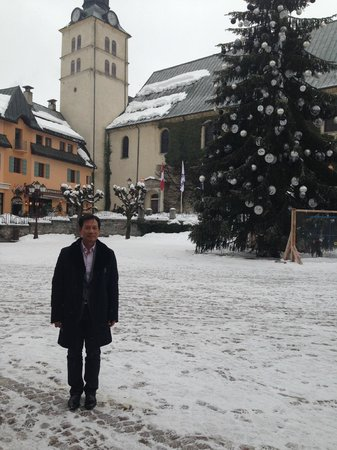 Hotel Mont-Blanc: Lovely square with Christmas Tree still lit