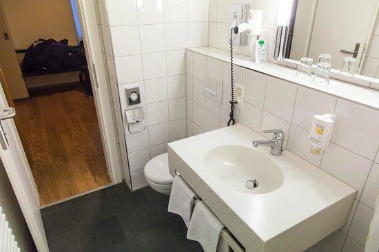 Bristol Hotel Zurich : Inside room, 3rd floor, bathroom