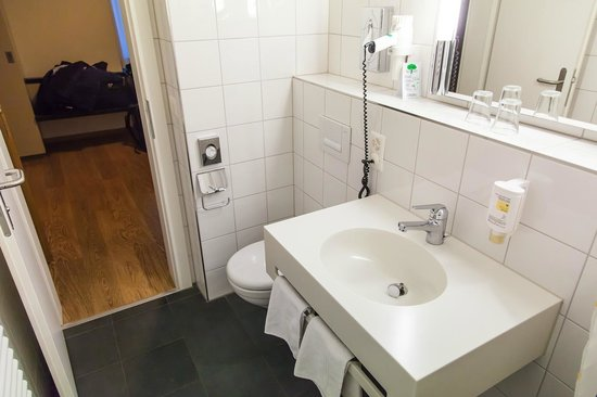 Bristol Hotel Zürich: Inside room, 3rd floor, bathroom