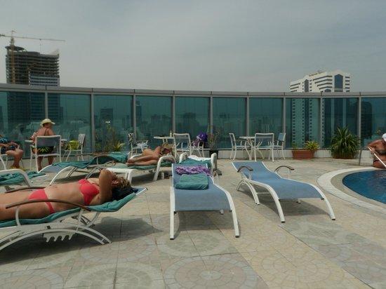 Grand Excelsior Sharjah: Бассейн  на крыше отеля Holiday Inn в Шардже