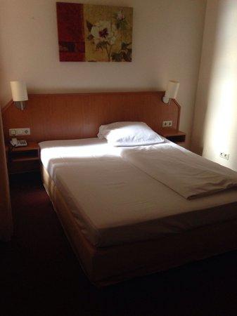Residence Hamburg: Einzelzimmer, sehr dunkel aber ruhig und recht sauber.