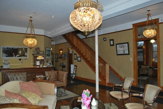 Balch Hotel: Lobby and stairs to rooms