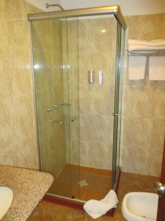 Hotel Saint George: 2nd room bathroom, door not opening due to toilet in the way