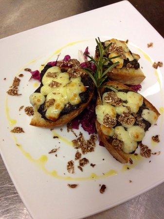 Indovino Ristorante Pizzeria Affittacamere: Bruschetta al tartufo fresco bianchetto con pecorino stagionato fuso.