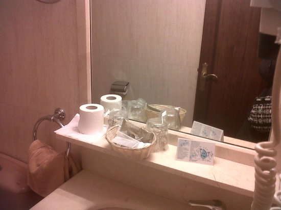 Best Western Hotel Los Condes : bathroom, some free products