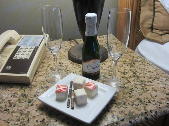 Marina Inn Hotel & Conference Center : Valenine package of champagne & chocolates