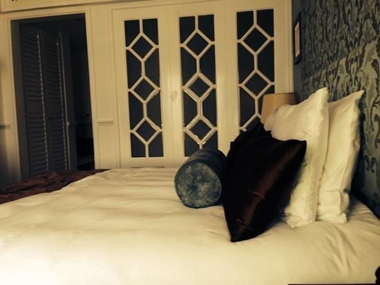 Villa Rosa Kempinski Nairobi: another view if the bed area