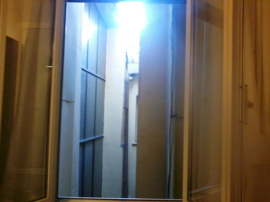 Hotel Trevi : vista dalla stanza( si rischia che entrino i piccioni perchè la tapparella esterna non si chiude