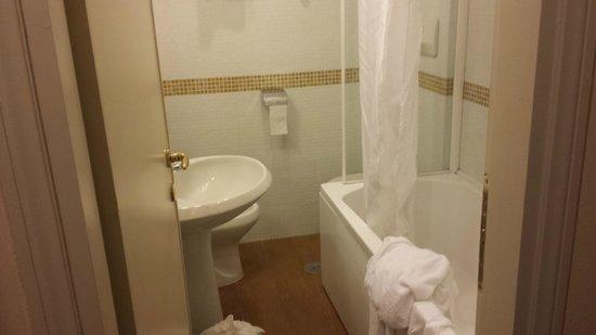 Hotel American Palace EUR: Bagno molto piccolo