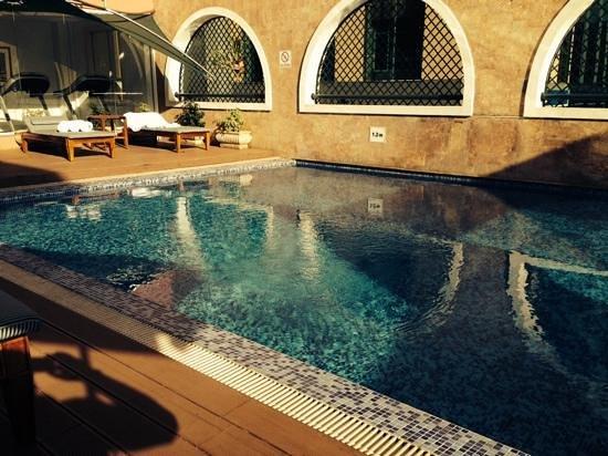 Villa Rosa Kempinski Nairobi: swimming pool area