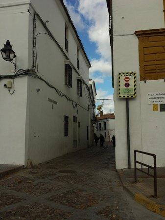 Las Casas de la Judería: Calle peatonal acceso al hotel