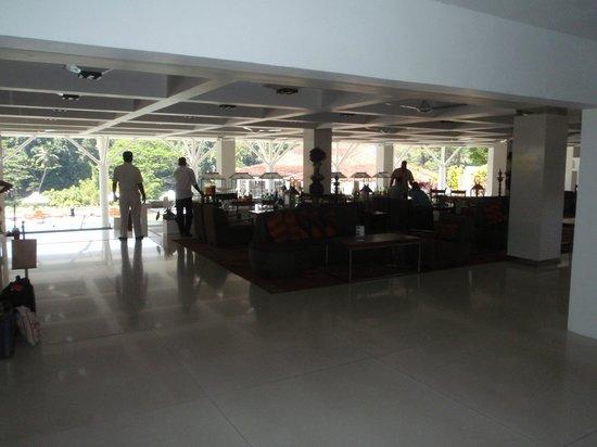 Cinnamon Citadel Kandy: bar lobby