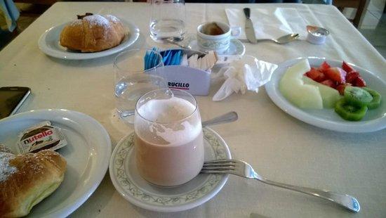 Hotel Olimpico: Cornetti buonissimi e frutta fresca