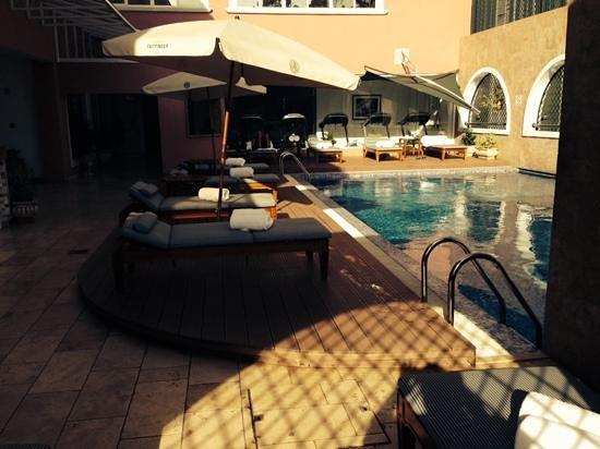 Villa Rosa Kempinski Nairobi: another view of the swimming area