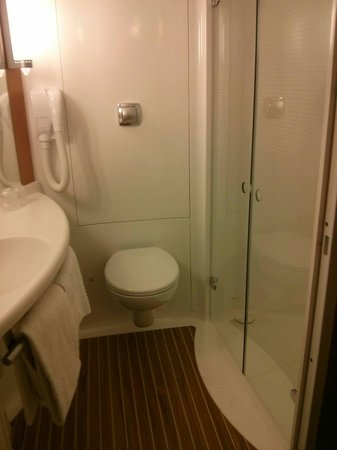 ibis Geneve Petit Lancy: Bathroom