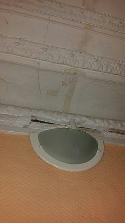 Hotel Altona: Разрушенный потолок