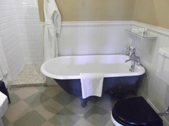 Castle Leslie Estate: fab roll top bath