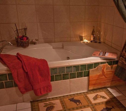 Mariposa Lodge Bed and Breakfast : Monarch Room jacuzzi tub