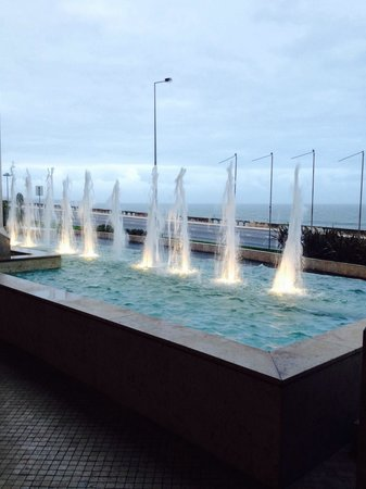 Hotel Cascais Miragem: Fountains by the entrance