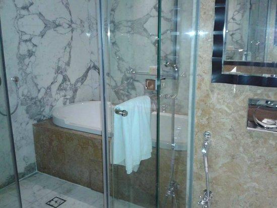 Ramada Jumeirah : Bathroom