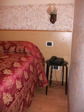 """Hotel Nettuno : """"Mesilla"""" de la habitación"""