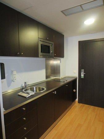 Hall 88 Apartahotel: Cocina