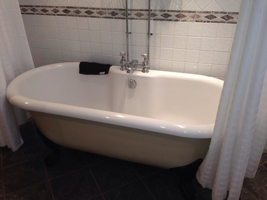 Low Wood Bay: Roll top bath (room 404)