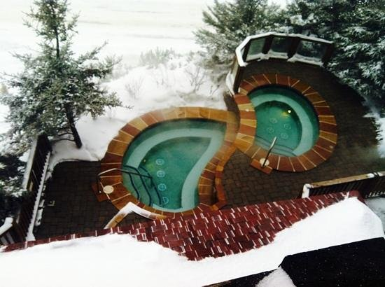 Rimfire Lodge Condos: outdoor hot tubs at Rimfire