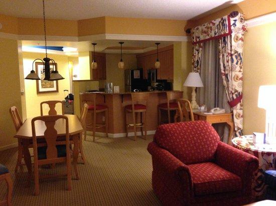 Marriott's Cypress Harbour Villas: Livingroom and Kitchen Area