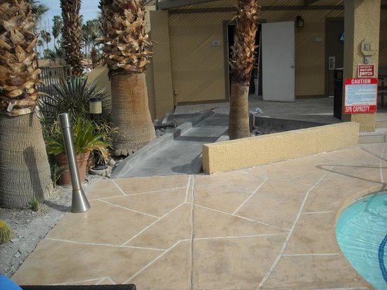 Best Western Inn at Palm Springs : Handicapped ramp to dining area by the pool