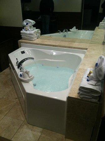 BEST WESTERN PLUS Regency House Hotel: Jacuzzi Tub in King Suite