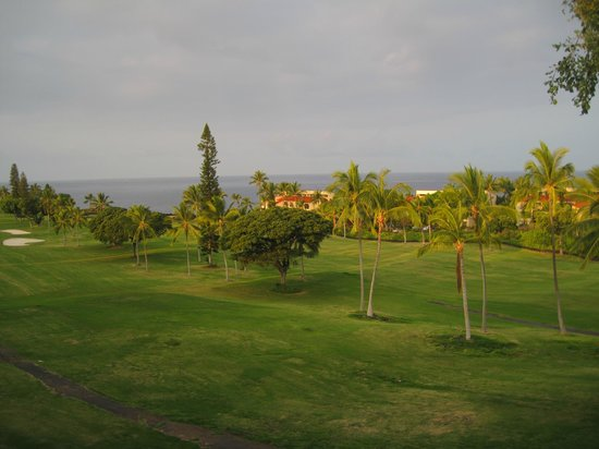 Kona Coast Resort: Overcast view over the golf course.
