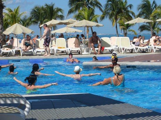 Hotel Riu Palace Peninsula: Piscina temperada