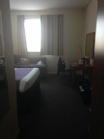 Premier Inn Dubai Silicon Oasis Hotel: Bedroom. Good Space