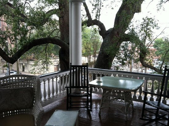 The Governor's House Inn: Nestled among live oaks