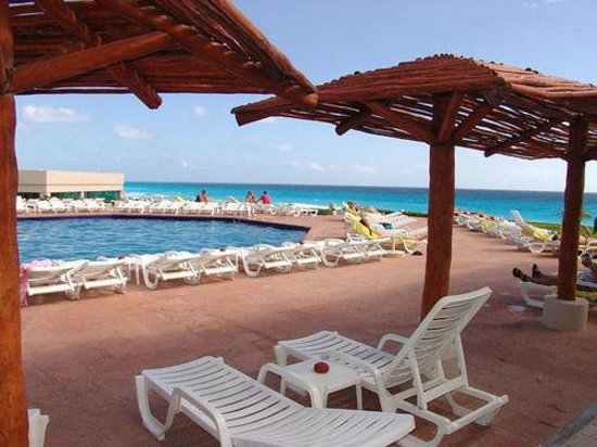 Park Royal Cancun: Upper pool with view of beach.